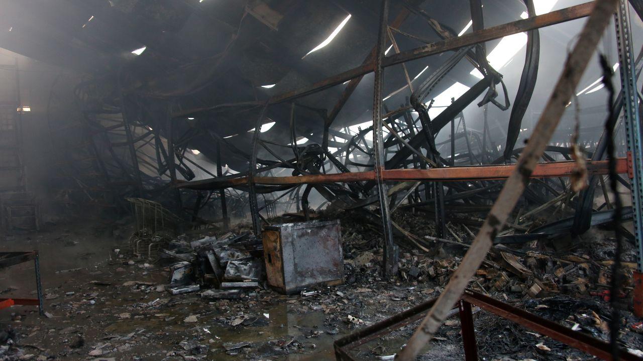 Un voraz incendio destruye una nave industrial en Betanzos.Lugar donde fue atendido por los servicios sanitarios el hombre atacado por las avispas