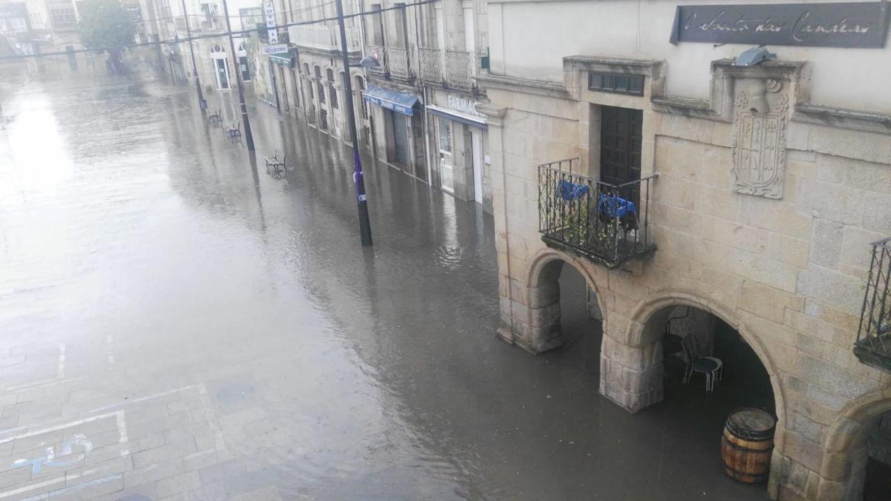 Las fuertes lluvias provocan pequeñas inundaciones en el centro de Verín.En la residencia de Baños de Molgas conviven enfermos trasladados desde los centros de mayores de Celanova y Castro Caldelas