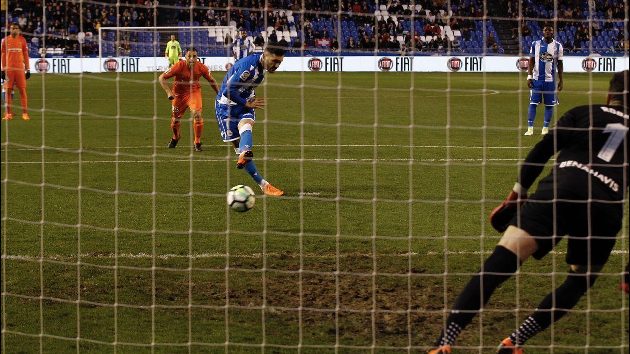 Las mejores imágenes del Celta - Espanyol.Los jugadores del Oviedo y del Espanyol saltan al césped del Tartiere