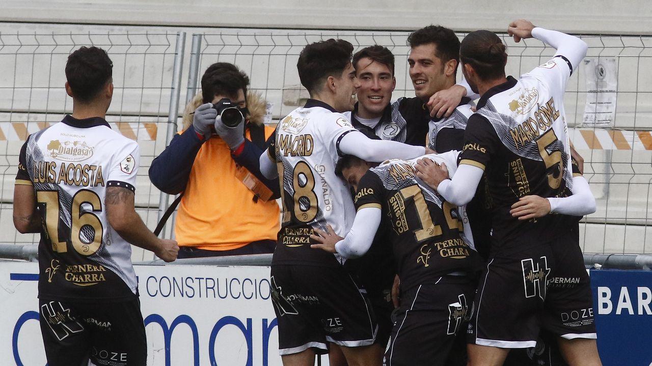 Los jugadores de Unionistas festejan un gol ante el Pontevedra