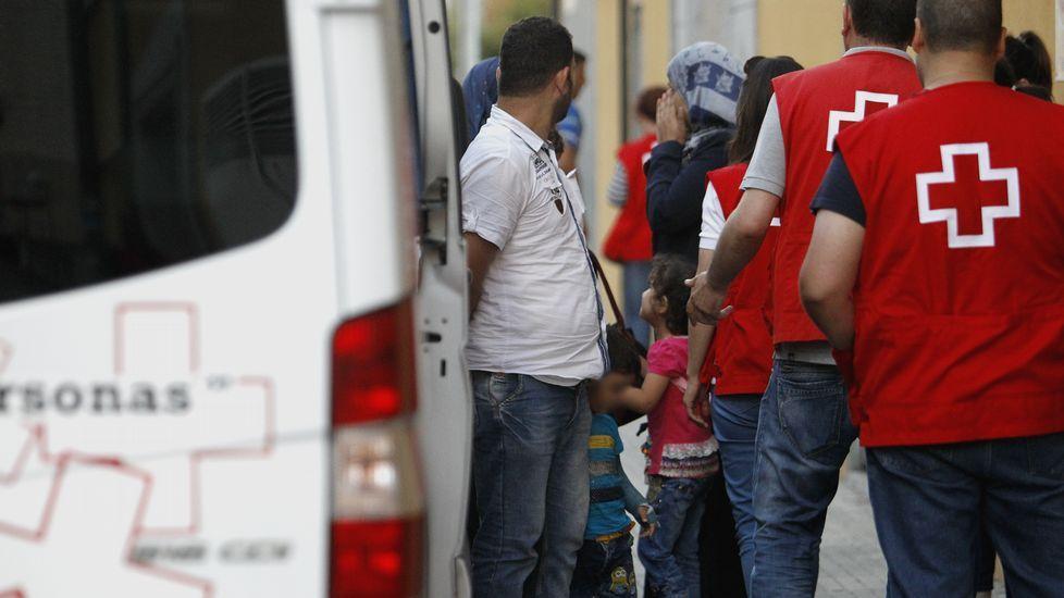 El personal de la Cruz Roja acompañó en todo momento al primer grupo de refugiados que llega a Galicia procedentes de Líbano.