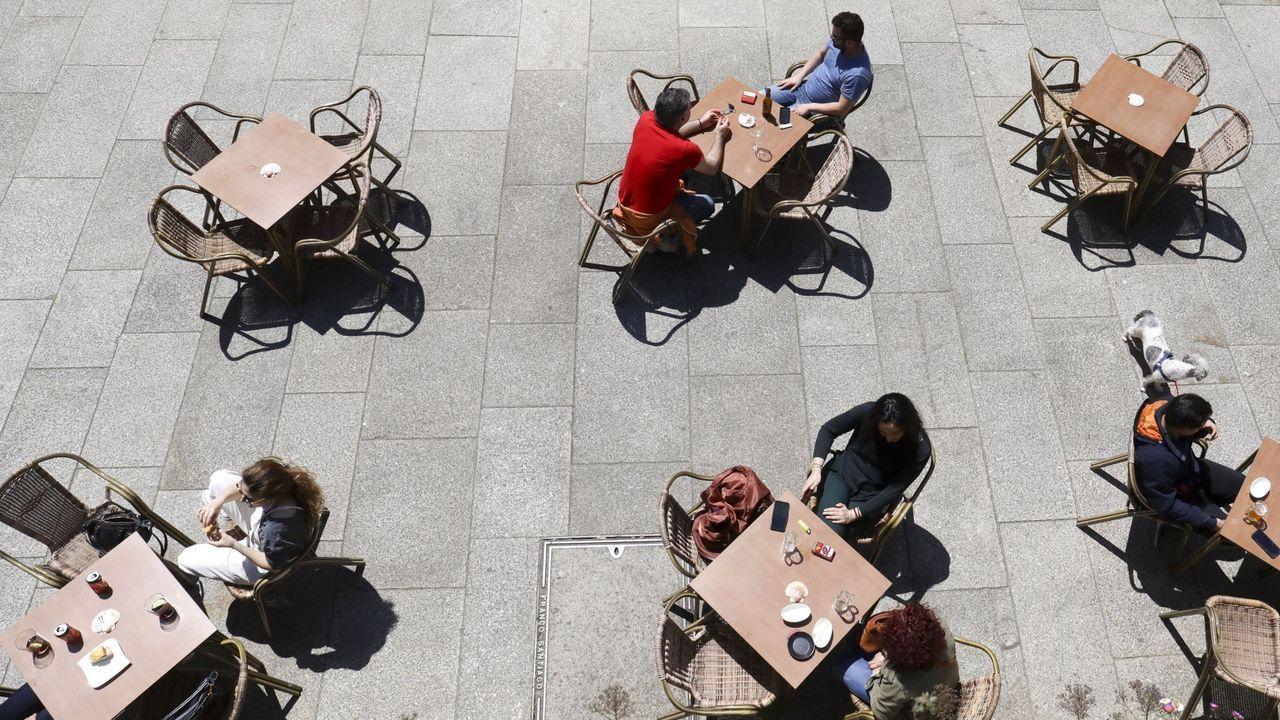 Las normas que ha impuesto el coronavirus han reducido el aforo de bares y terrazas y ha obligado a ampliar distancias entre las mesas, como en esta foto de archivo de un local compostelano que cumple escrupulosamente con las reglas