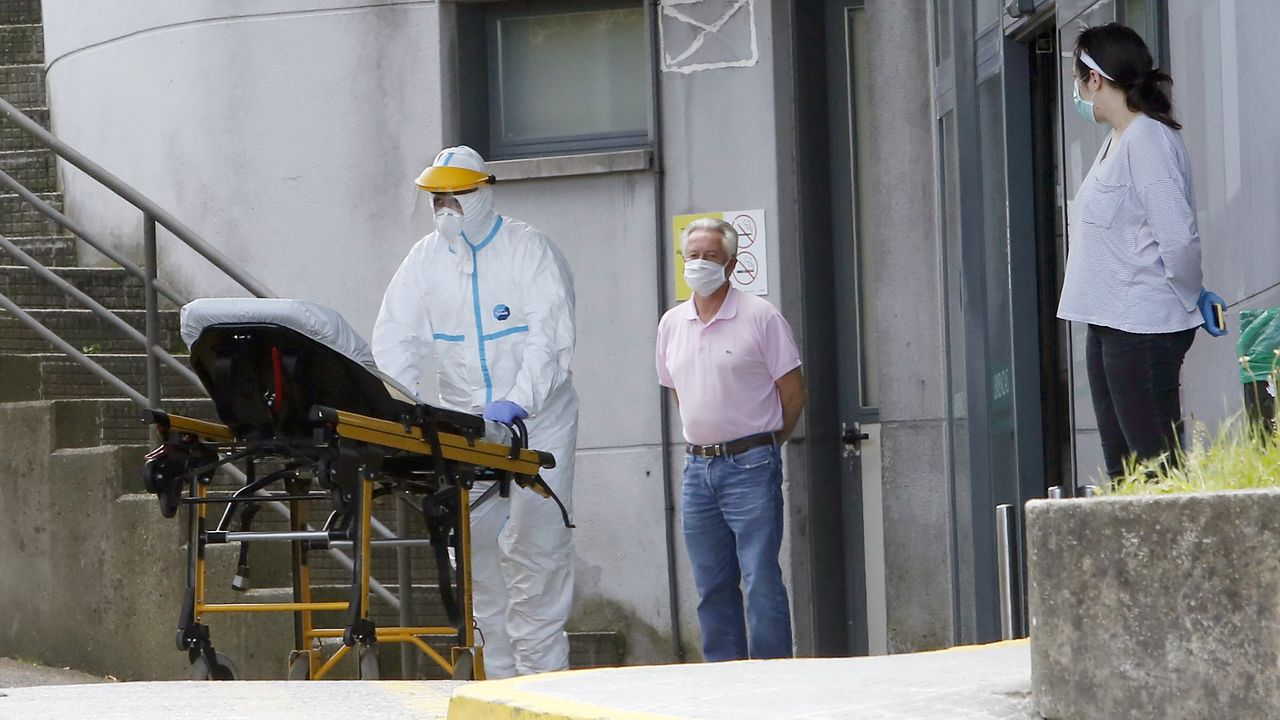 Una de las entradas del Hospital Montecelo de Pontevedra durante la pandemia del coronavirus