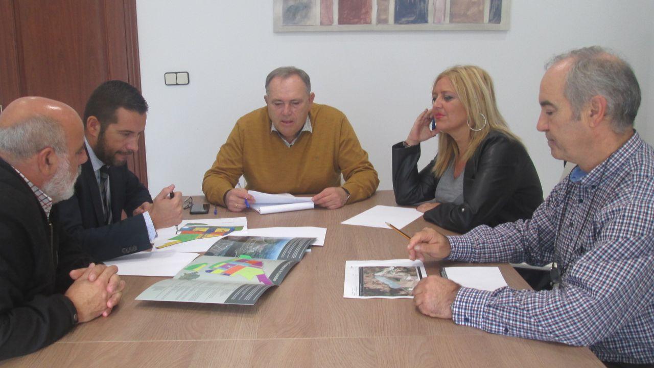 La gerente de Suelo Empresarial del Atlántico, reunida con el alcalde da Laracha