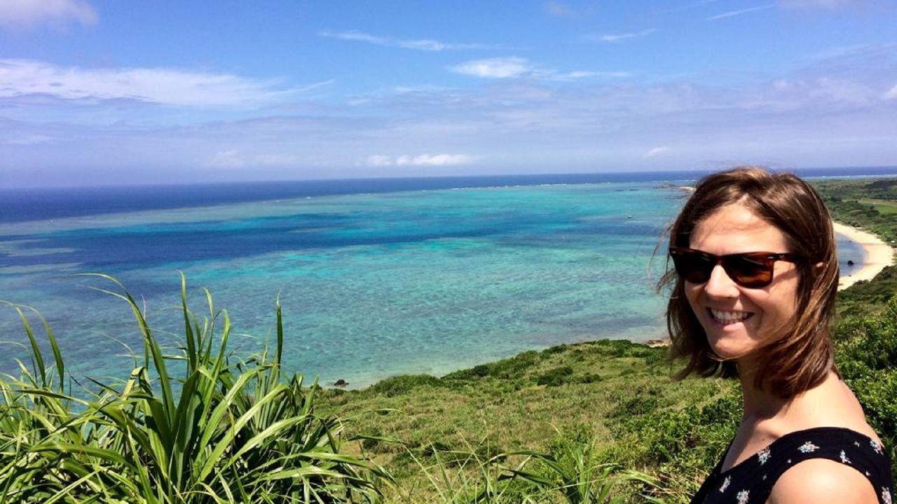 Ángela Ares Pita, en una playa de la isla japonesa de Okinawa, donde trabaja para un centro de investigación desde hace cuatro años
