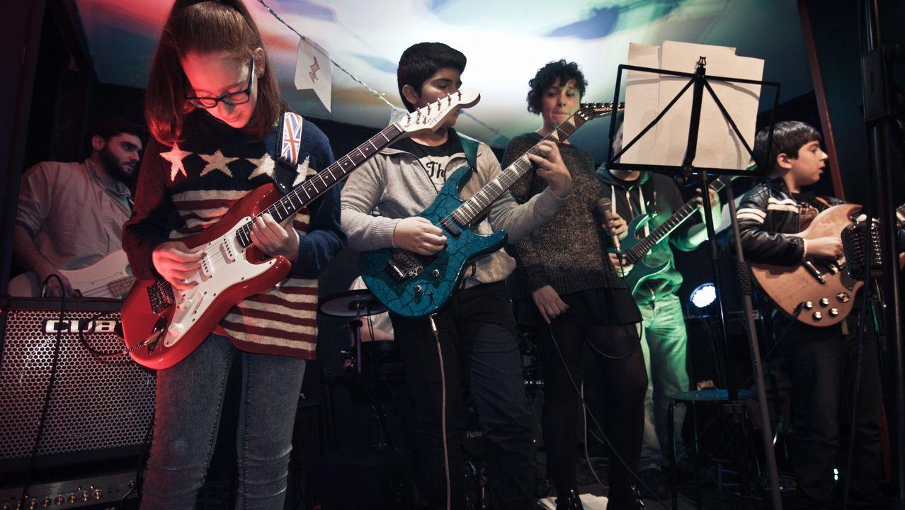 Un fan de Coldplay en silla de ruedas es aupado hasta el escenario y acaba tocando en directo
