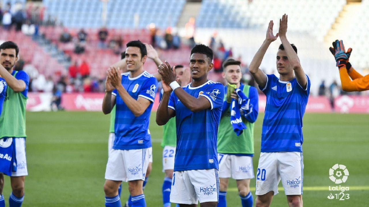 Los jugadores del Real Oviedo celebran la victoria ante el Almería