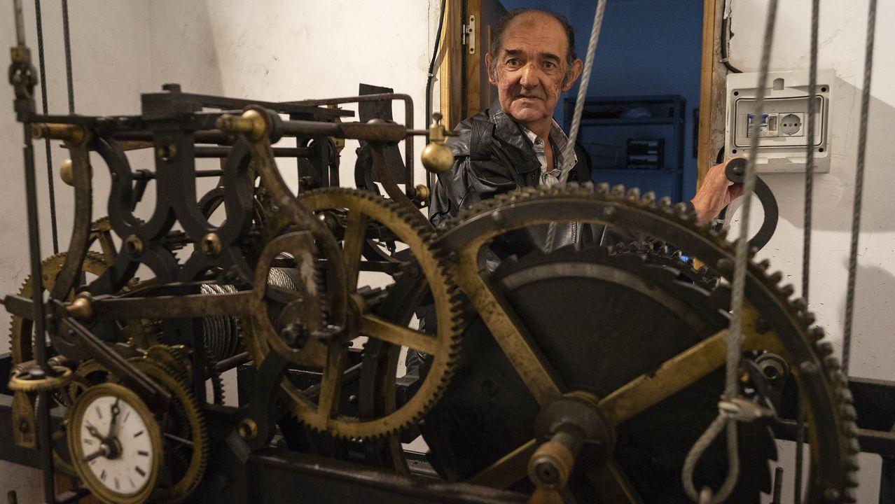 Gerardo García daba cuerda al reloj de O Carballiño