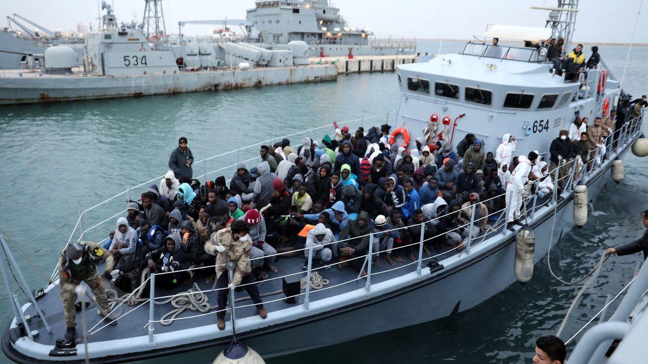 Llegada de inmigrantes rescatados al puerto de Trípoli, en Libia