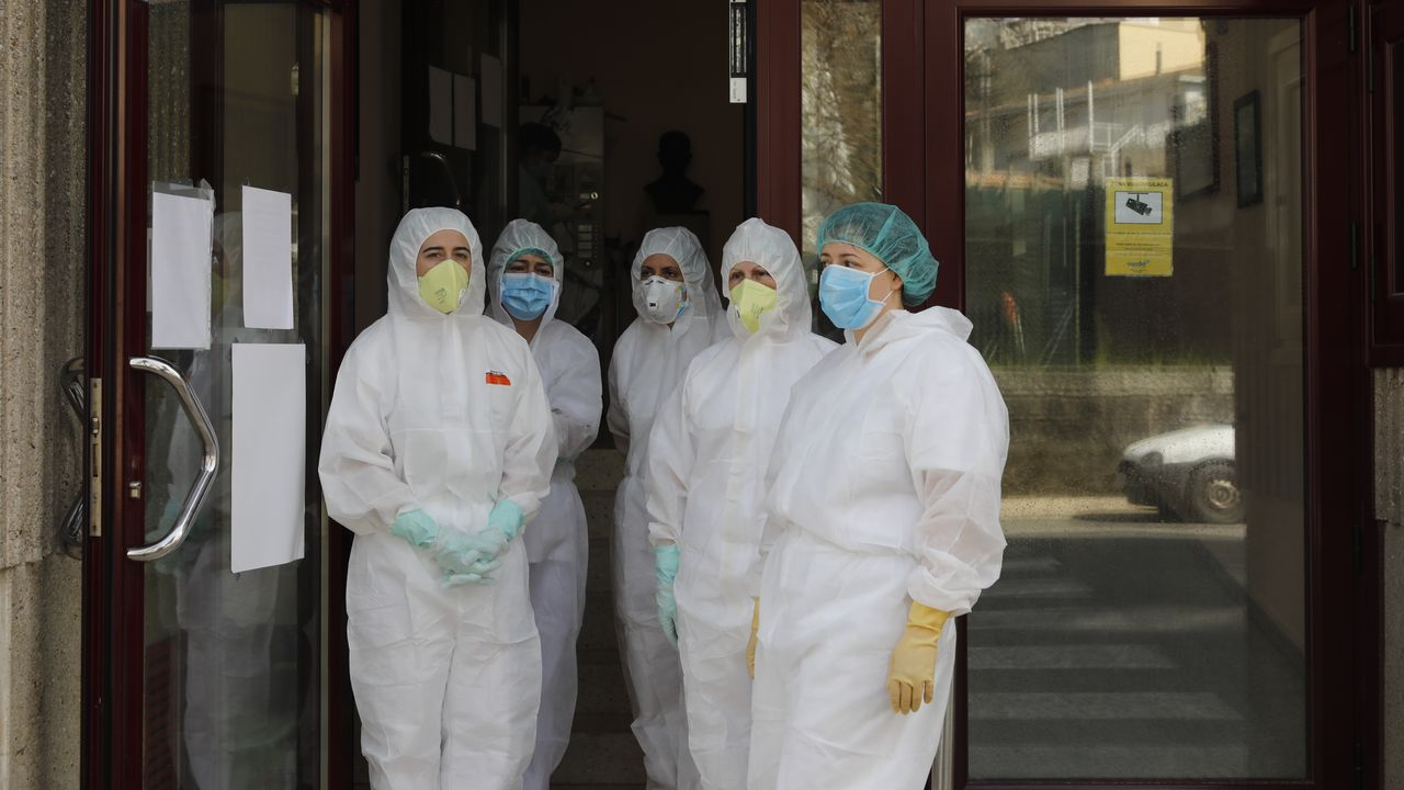 23 de marzo, día 9 de confinamiento. «Necesitamos ayuda». Empleadas de la residencia de San Carlos, en Celanova, principal foco de coronavirus en esos días en la provincia de Ourense, reclaman ayuda. El centro cuenta con 25 infectados de los que once eran trabajadores
