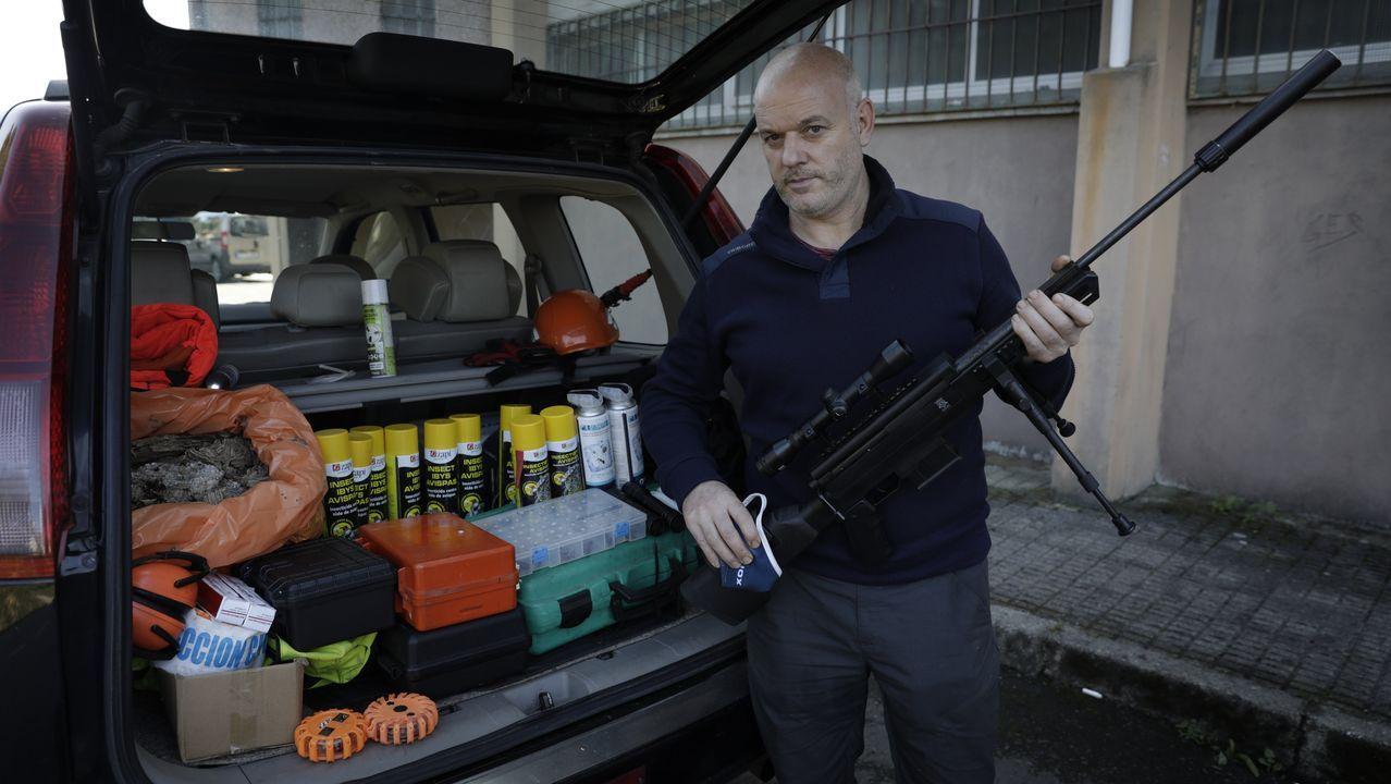 El experto Lolo Andrade muestra el maletero de su coche, lleno de útiles para luchar contra la velutina