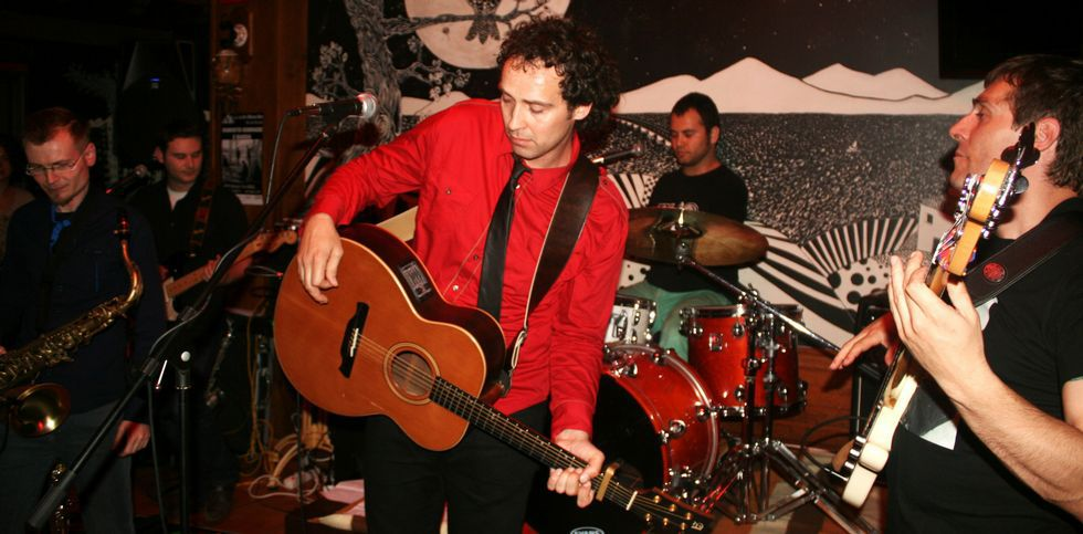 Roberto Sobrado (en el centro) organiza un concierto en el Salón Teatro para presentar su nuevo disco.