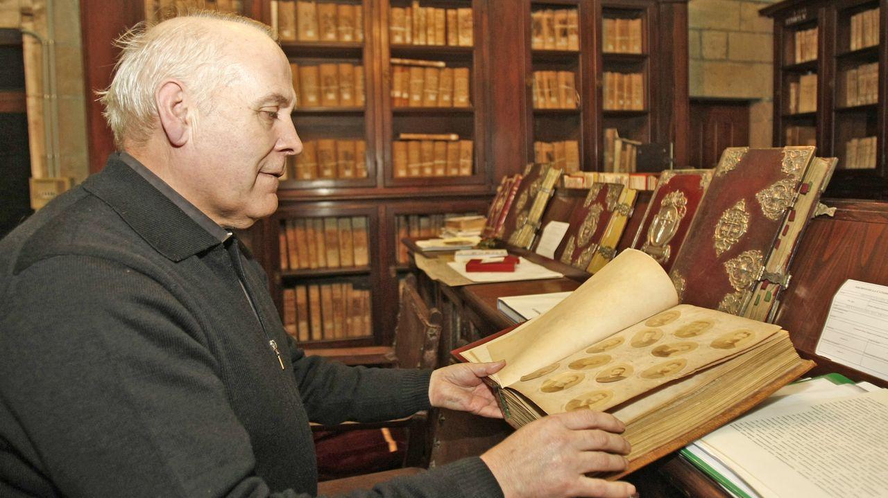 El deán Segundo Pérez López, en la biblioteca de la catedral de Santiago
