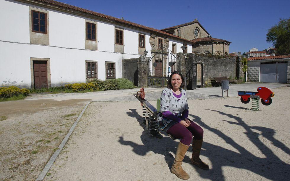Así aprenden en las tres escuelas.Ana Barreiro ante la escuela de la Colegiata de Sar, que pretende reabrir como centro Montessori.
