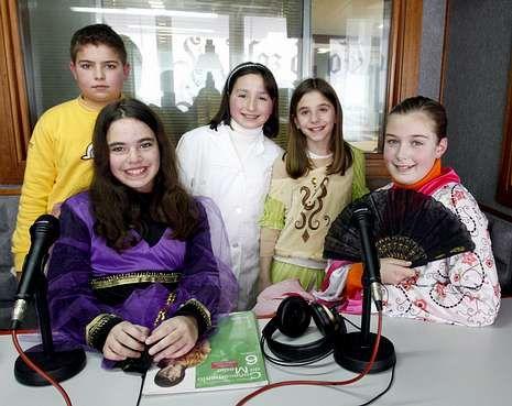 Os alumnos participantes, no estudio de Radio Voz Barbanza.<span lang= es-es > </span>