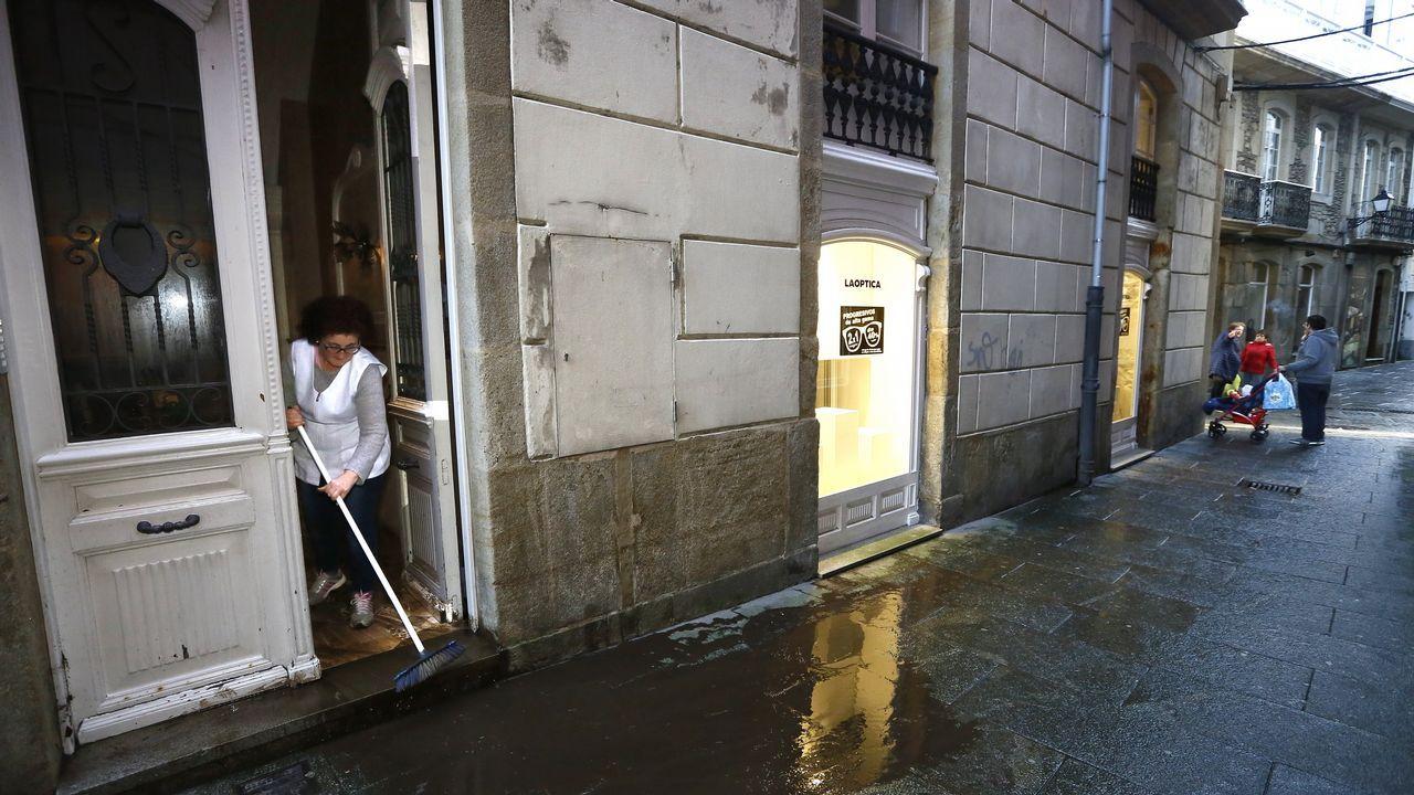 Tareas de limpieza en negocios de Viveiro tras la tromba de agua
