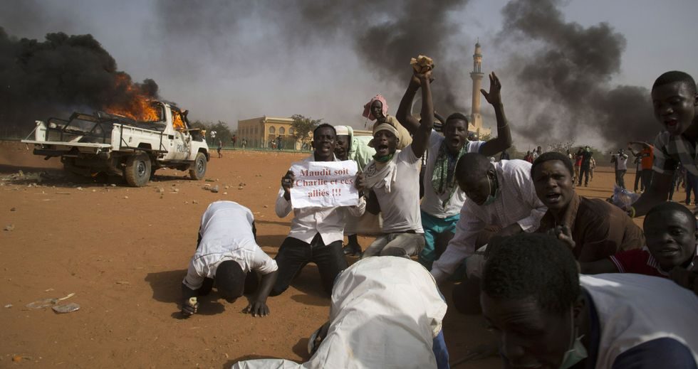 Uno de los grupos de manifestantes que sembraron ayer el terror en las calles de Niamey, la capital de Niger.