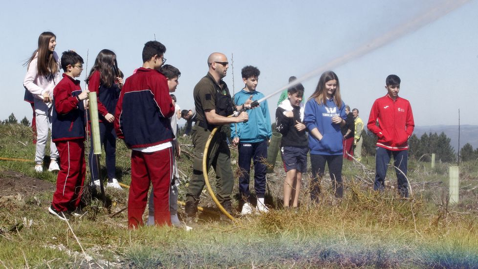 Helicóptero, mangueiras, árbores... as fotos dundía moi completo para os estudantes do colexio Terra de Lemos