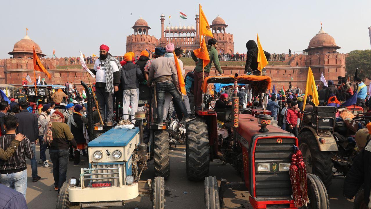 Cientos de manifestantes se abrieron paso con sus tractores hasta el histórico Fuerte Rojo