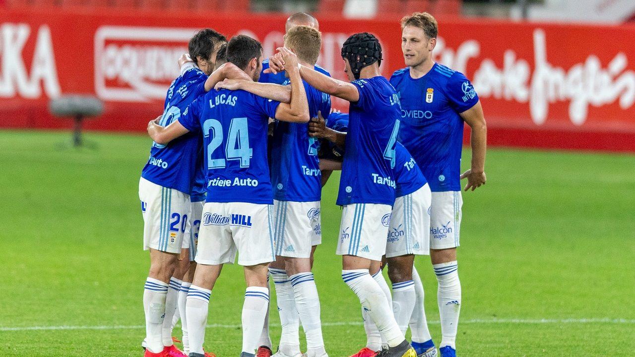 Los jugadores del Oviedo celebran la victoria en El Molinón