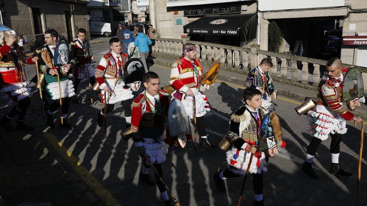 Os felos percorren Maceda.A comitiva co personaxe do entroido tradicional están a percorrer os pobos do municipio e a Serra de San Mamede