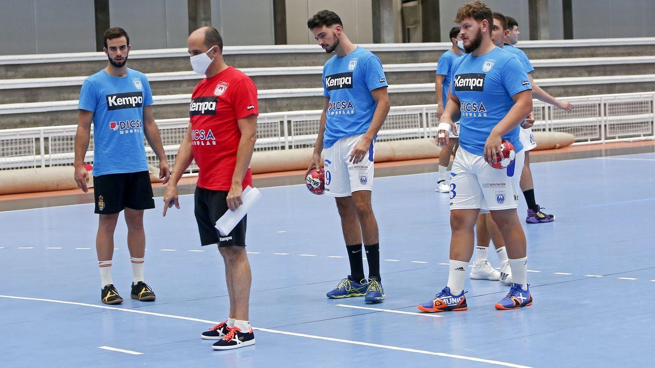 Brandon Thomas controla el balón ante Forlín durante un Real Oviedo-Osasuna