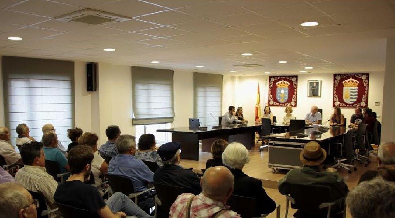Imagen de archivo del salón de plenos de Miño, durante una reunión con los afectados de Fadesa