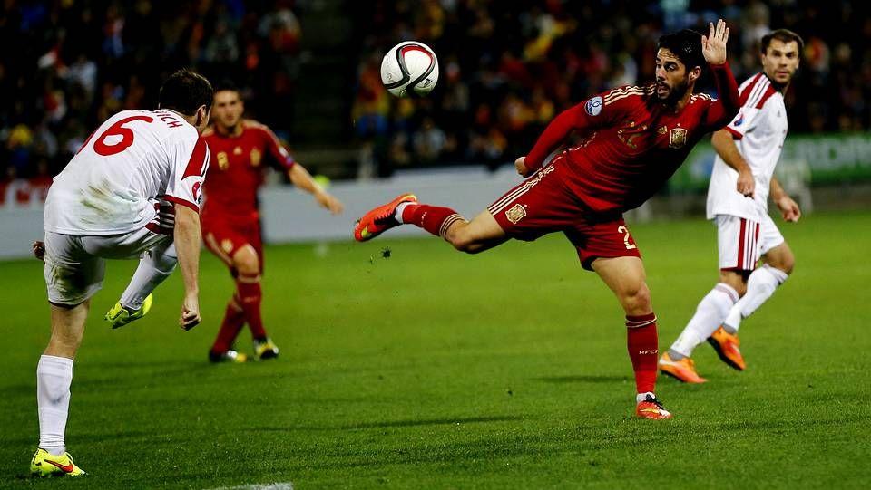 La selección en Vigo.En la fotografía, Isco realiza un elegante control durante el partido de clasificación contra Bielorrusia.