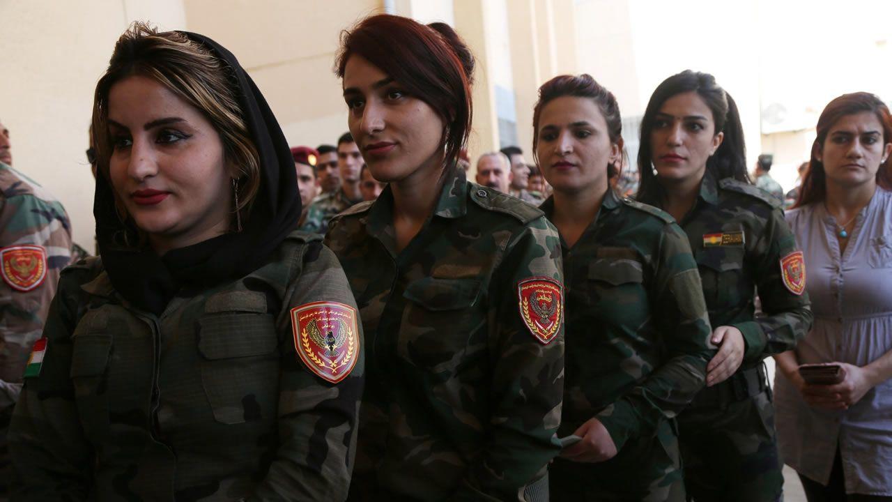 Nuevo ataque terrorista en París.Milicianas peshmergas hacen cola para votar en la jornada que fue asignada a los kurdos