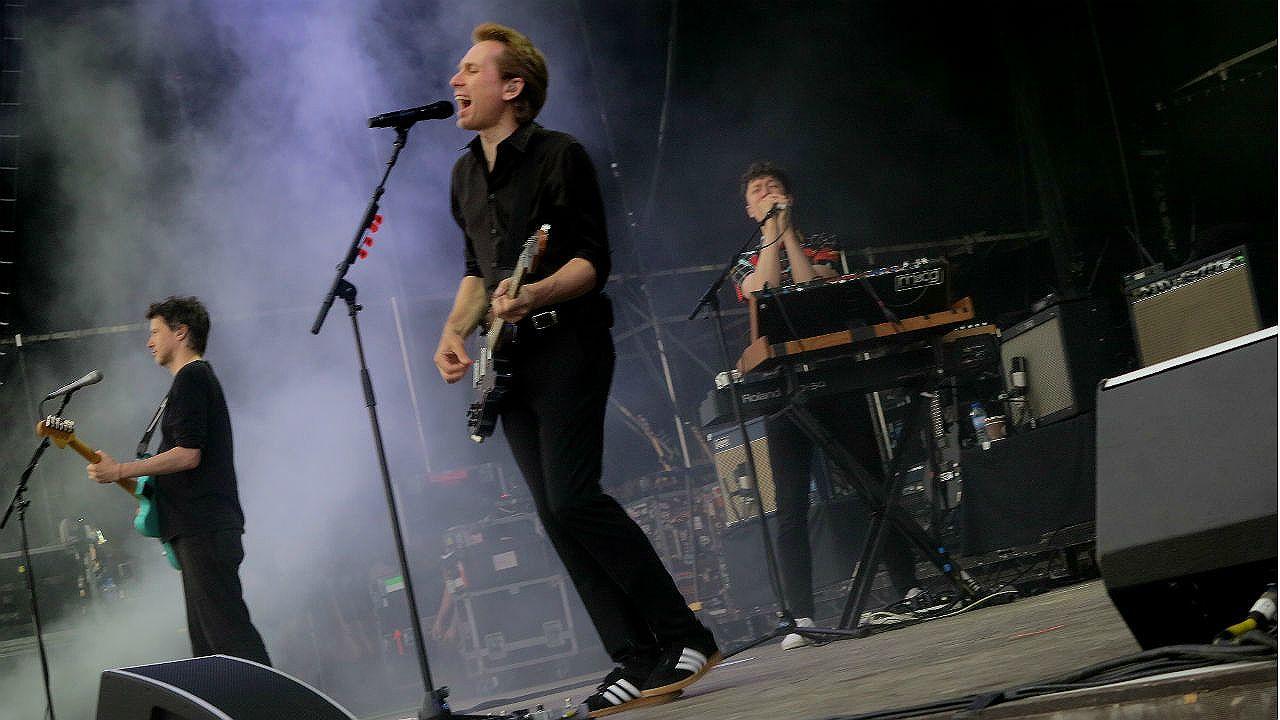 El vocalista de Franz Ferdinand Alex Kapranos durante el concierto de su banda en NOS Alive, en Portugal