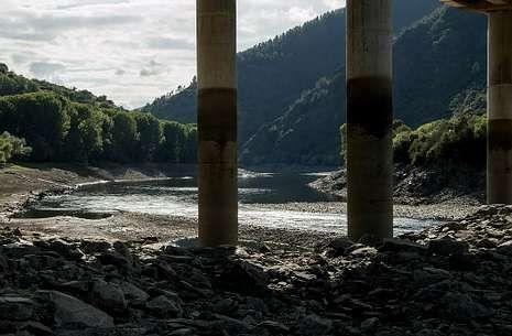 El descenso del caudal es especialmente patente a la altura del puente de Augas Mestas.