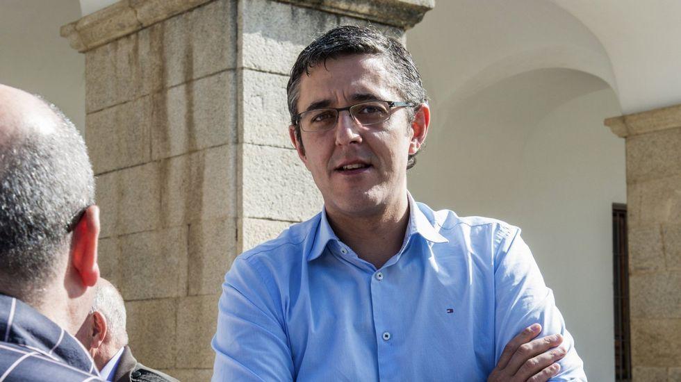 Máxima tensión en Ferraz.Sánchez aplaude a Javier Fernández en un mitin en Oviedo