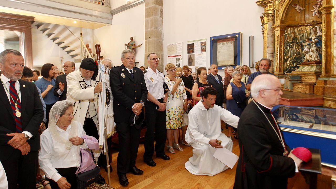 Decenas de personas asisten a la misa inaugural del año jubilar de San Roque.Vecinos de San Cristovo das Viñas que habilitan la casa rectoral para acoger a expresos