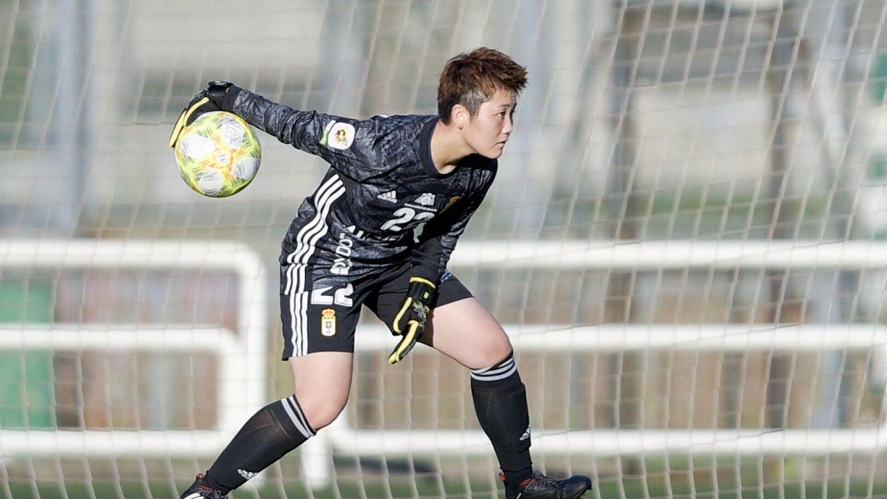 El mundose aferra a la mascarilla.Kanae Fukumura en un partido con el Real Oviedo