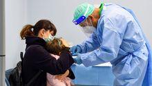 Un médico administra una vacuna contra la gripe a un niño en Milán.