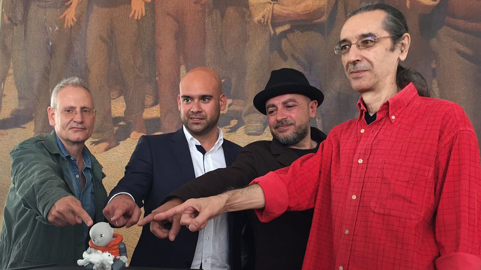 Ramón Gallego con Haile Gebreselassie.Directores, autor y concejal de Festejos señalan el nuevo «Rufo», mascota de la XXIX Semana Negra