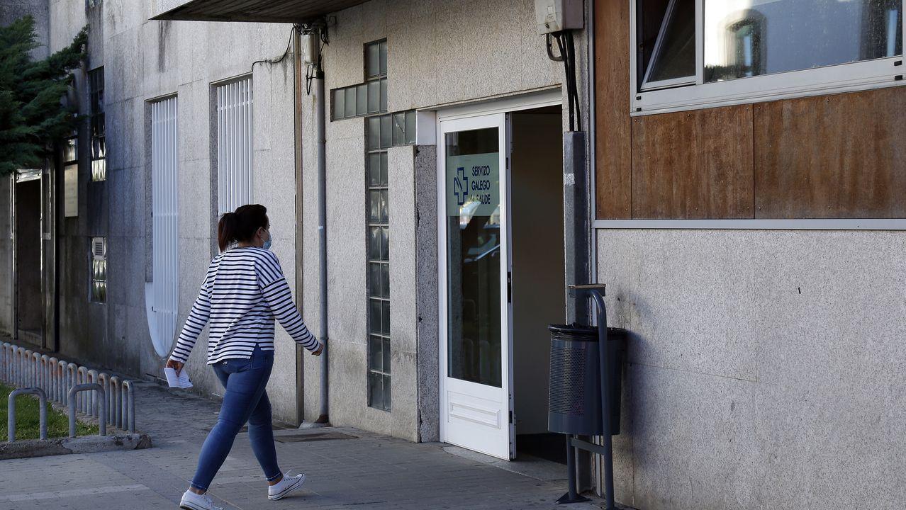 Protesta de los hosteleros de Pobra por el cierre del municipio.Muchos médicos del centro de salud de Ribeira ya atienden presencialmente al 55 o 60% de los pacientes