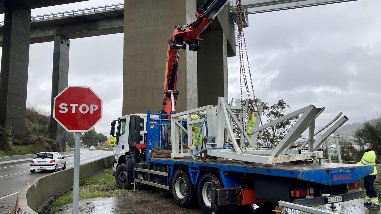 Cae un elevador del puente de Rande por el temporal.La AP-9 a su paso por Vigo, sin coches circulando el pasado mes de abril, en pleno estado de alarma
