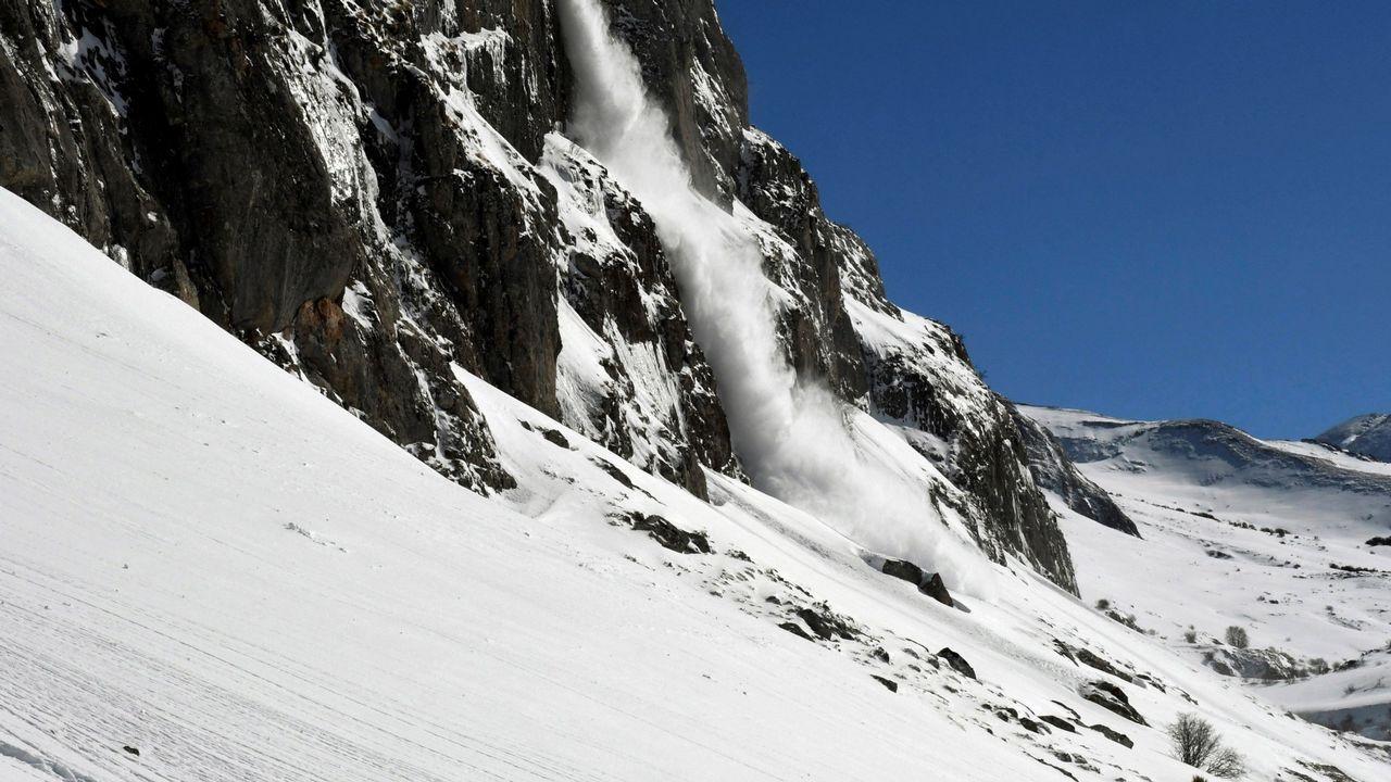 Puesta de largo de una ruta de senderismo por los Penedos de Pasarela y Laxe: las imágenes.Alud de nieve
