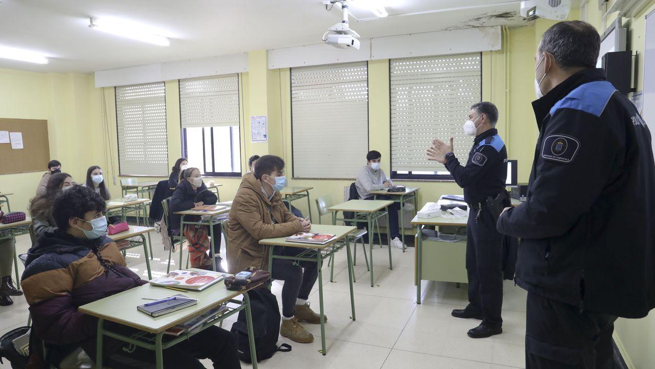 Los agentes Carlos y Maximino de la Policía Local de Santiago durante la charla en el instituto de Pontepedriña