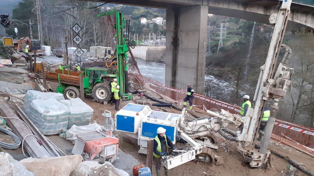 Trabajos para restablecer la circulación en Frieira (Crecente), en la línea de ferrocarril del Miño
