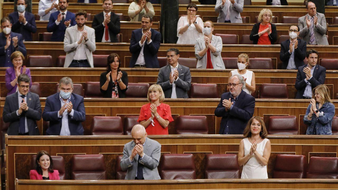 Los diputados del PSOE aplauden a su portavoz en el Congreso, Adriana Lastra, tras su intervención