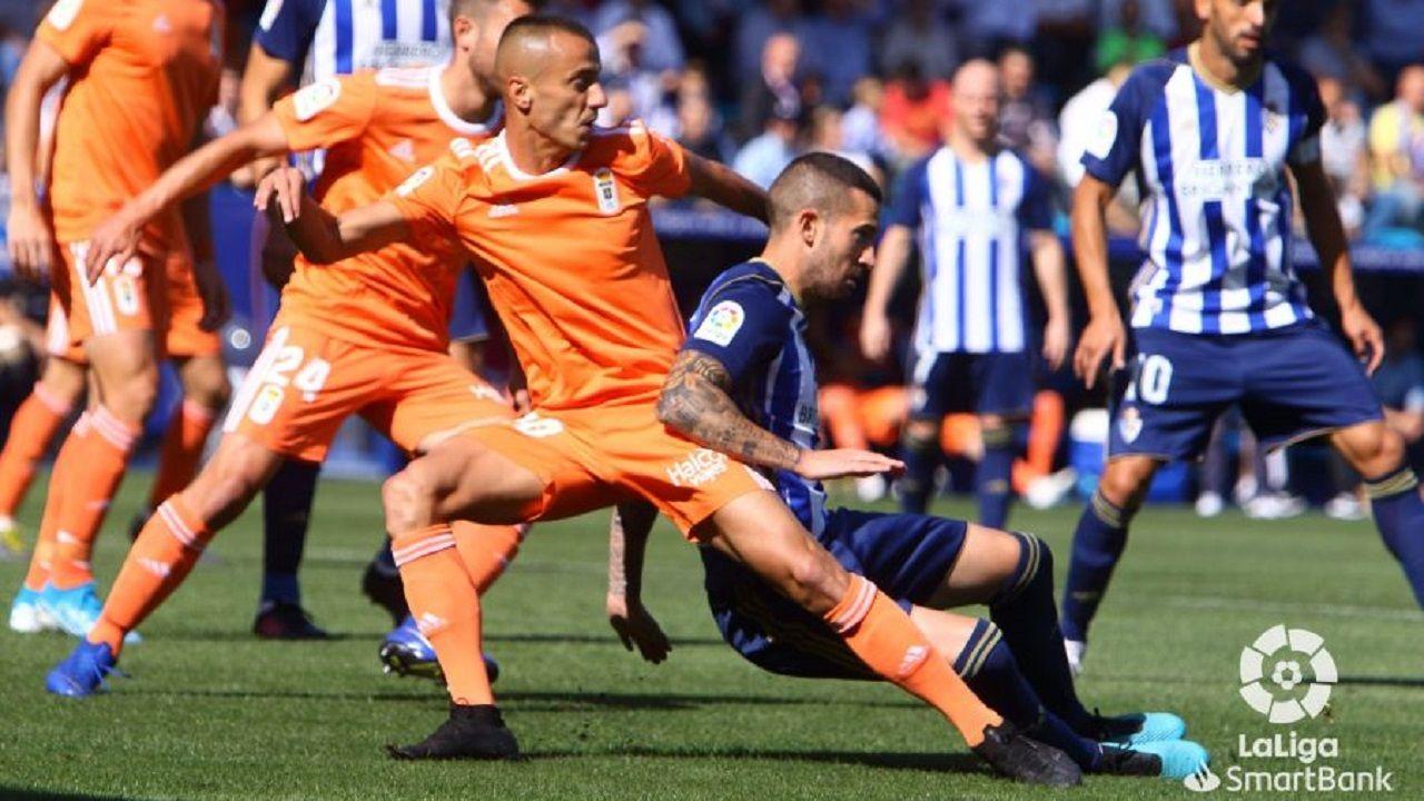 Tejera Sielva Ponferradina Real Oviedo El Toralin.Tejera pugna con Sielva por un esférico