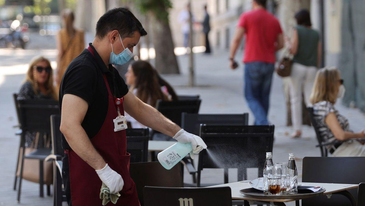 Asturias.Cola para entrar en Correos en la fase cero de la desescalada
