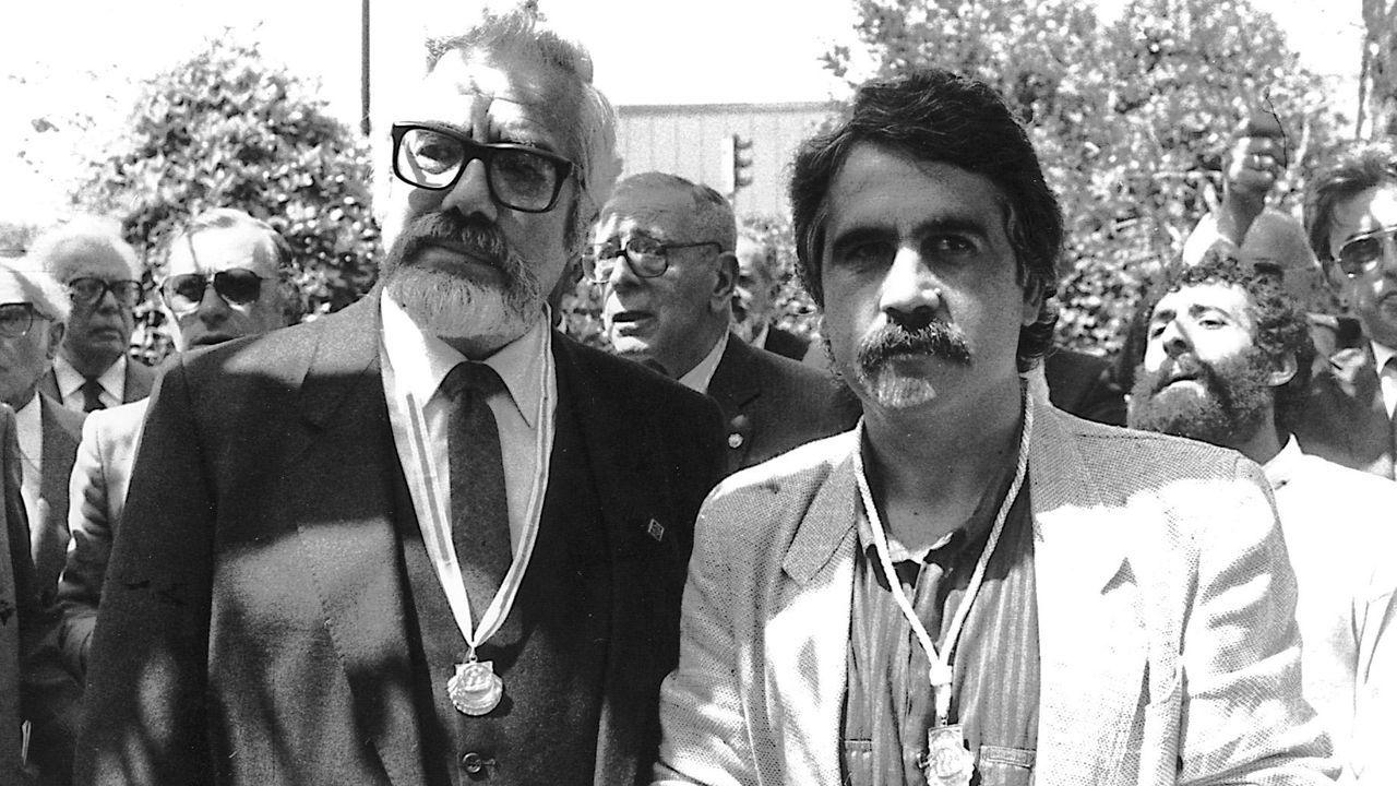 Basilio Losada y Antón Seoane tras recibir el premio Pedrón de Ouro en 1985