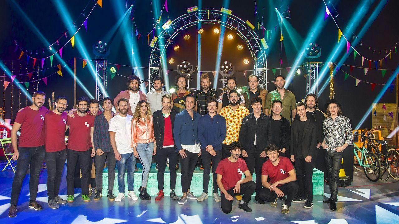 Miki con los artistas con los que ha grabado el concierto «Miki y amigos»