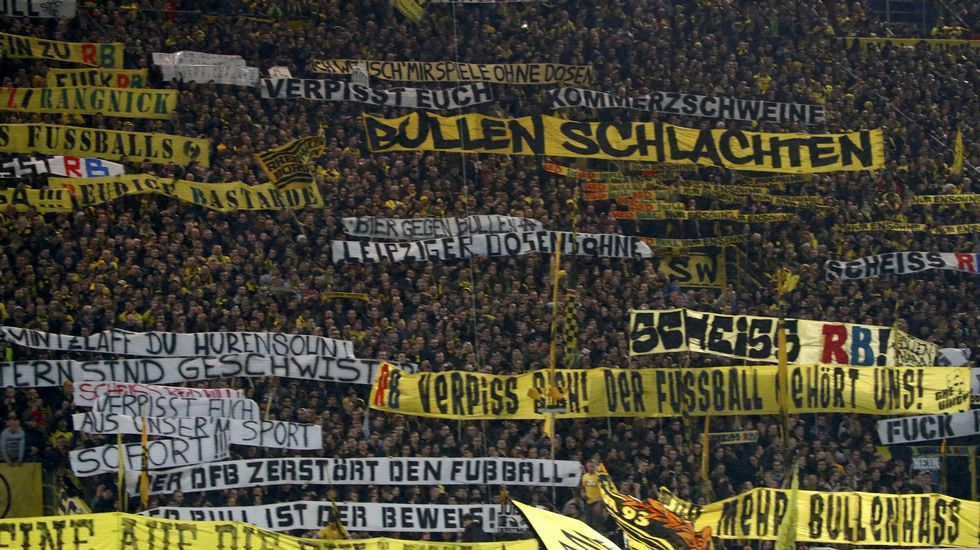 Brutal pelea antes del Alavés - Barcelona.Grada de aficionados del Dortmund durante el partido contra el Leipzig