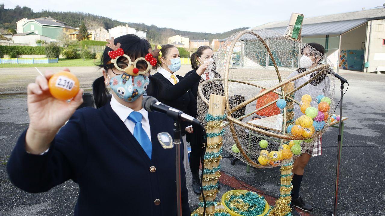 Con la llegada de la Navidad, en el CEIP Plurilingüe de Covas, en Viveiro, los profesores tiraron de imaginación para fomentar la ilusión de los chavales pese a las restricciones por el covid-19