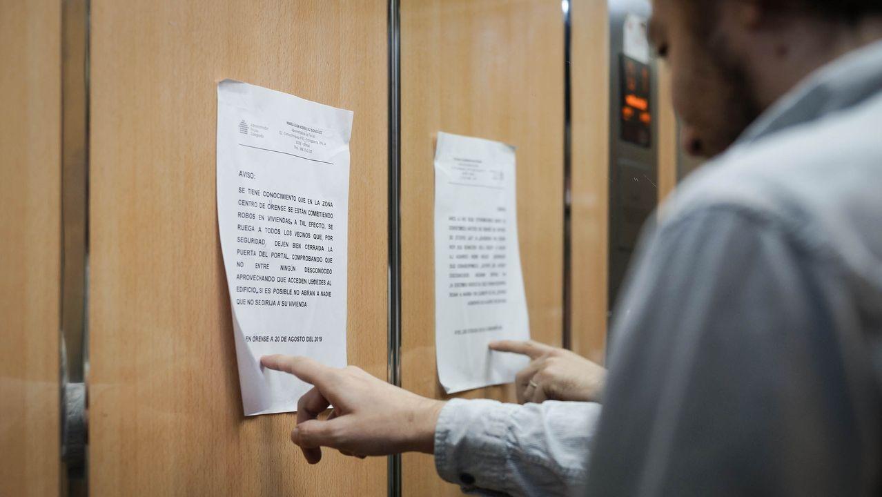 Ramon Conde supervisa el montaje de la exposición que abrirá en noviembre en el centro cultural de Ourense