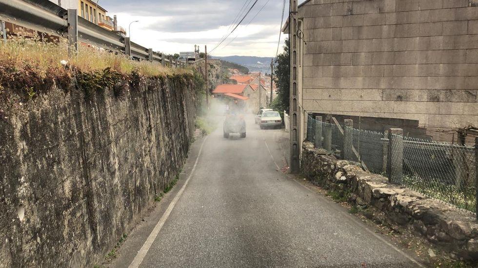 Sirenas y aplausos en Portonovo por los 80 años de Pepita.Un control de la Guardia Civil obliga a parar a los automovilistas en una de las entradas del municipio de O Grove